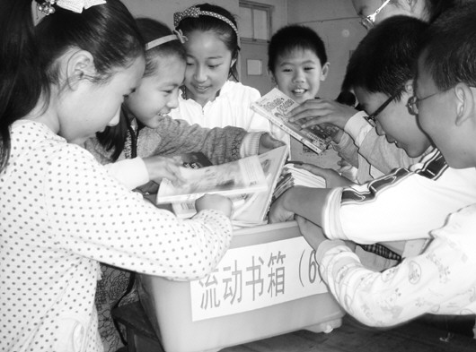 记 者 吴洪斌  通讯员 张海庭 王孟子 报道   以文化古州、书香牟平为主题的第五届养马岛读书节6月15日在牟平启幕,图为牟平第二实验小学举办的书香漂流活动。   养马岛读书节首创于2009年10月,目前书香牟平已经成为当地一张靓丽文化名片。本届读书节从现在起持续到10月份,其间将陆续开展以四德教育为主题的诗词、歌词征集活动,著名作家牟平采风,牟平看水有奖征文以及打造海誓山盟旅游文化品牌等17项活动。