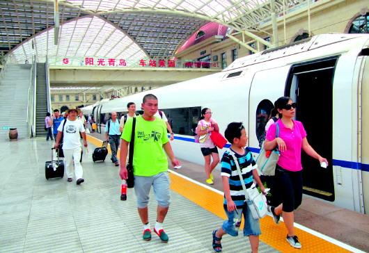 青岛火车站当日还首发青岛至武汉的g260/57次高铁