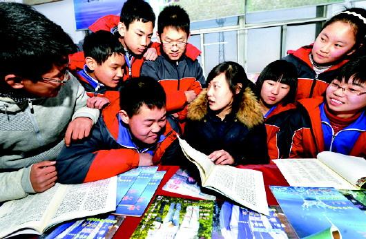 记者 房贤刚 通讯员 方明 国军 编辑 徐明   滨州市沾化区大高镇沙洼村的31岁的李志华,因患先天性腰脊膜膨出,双脚呈一字型外翻。李志华没有上过一天学,当过民办教师的母亲教会了她汉语拼音。又靠着一本新华字典,她学会了看书写字,并对诗歌产生了浓厚的兴趣。从14岁开始,李志华尝试写诗,灵感的火花不时在她心头撞击出一句句优美的诗句。1999年,李志华主持的自强不息、青春闪光电话热线开机,帮助很多青少年解开了心结,树立了生活信心。这种经历使她更加热爱生活、热爱生命,诗歌创作的视野更加开阔。迄今为止,李