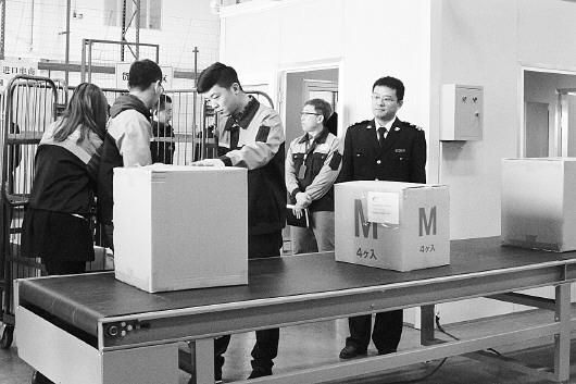报道   本报青岛3月16日讯 今天上午10点,在青岛海关下属流亭机场海关
