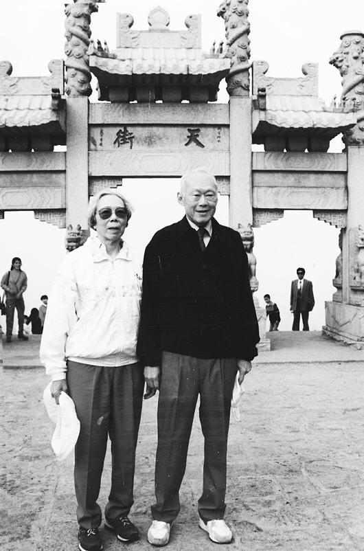 李光耀与夫人柯玉芝登上泰山4次山东之旅 - sdrzyyj若水阁 - 猴报博客