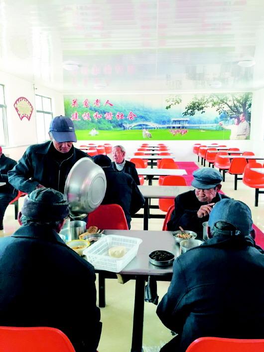 △老人们在食堂里愉快用餐