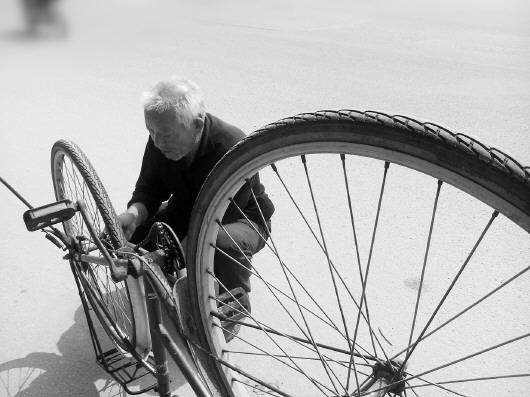 记者 刘培俊 报道  5月19日,朱师傅正在修理自行车。   利薄、租金贵影响到了自行车修理师傅们的积极性,导致经营了数十年的自行车修理店都关门歇业了,也有的改修电动车了。   偌大的泰城只有7个自行车修理点,而且都是在较大人流的社区内部设置的流动地摊式摊点,没有固定的店面。相比之下,电动车维修店倒是不少,但大都以没修理自行车的专用工具和零件为由,婉拒市民修理自行车的需求。    本报记者 姜言明 刘培俊   骑自行车被誉为低碳环保、绿色健康的出行方式,一直受到政府倡导。但近日不少泰城市民向记者