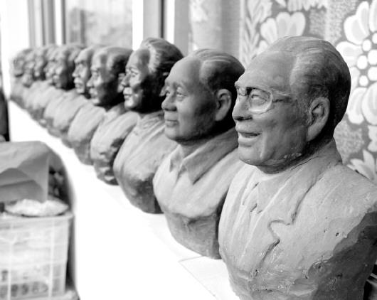 范光制作的伟人泥塑像