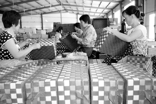 7月27日,位于阳信县商店镇的山东永佳工艺品有限公司总经理尹德义介绍说,小工艺品一年能带来400多万元收入,带动了1000多农民就业。   据了解,永佳工艺品有限公司是一家集设计、研发、加工、生产、销售于一体的工艺制品专业企业,拥有独立的进出口权。   记者 赵洪杰 报道
