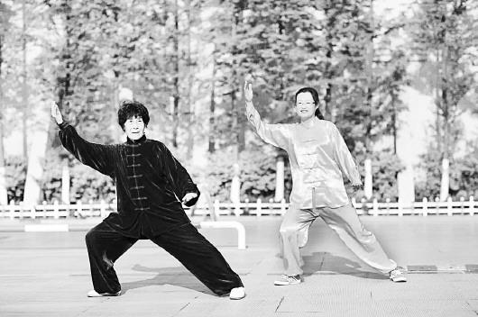 年近八旬的相振慧(左)打太极拳招式熟练,动作到位,把太极拳的刚图片