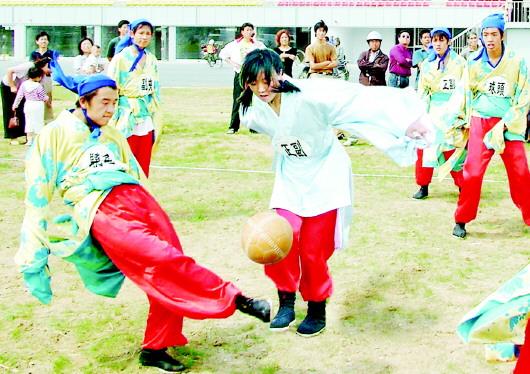 阅读提示   蹴鞠是一项流传了2300多年的传统体育运动项目,2006年被国务院公布为国家级非物质文化遗产名录。国内外体育史和足球权威机构一致论证和确定,它是世界第一运动足球的起源。   蹴鞠在历史的时间脉络上,起源于春秋战国时期的临淄,在汉代获得极大发展,唐宋时期最为繁荣,从元明时期开始走向衰弱,清代主要在民间流行,近现代只在少数民间地区开展。汉唐时期,蹴鞠传到了西亚、日本和朝鲜,后来相继传到埃及、希腊、罗马、法国和英国,并在英国发展为现代意义的足球。       本报记者 程芃芃 马景阳    本