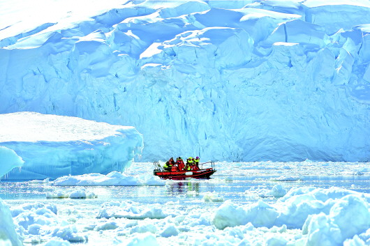 □ 本报记者 付玉婷   南北极万年不化的冰雪中蕴藏着许多珍贵的科学资源,过去,这里是科学家、探险家才能涉足的神秘之地,后来,作家毕淑敏100万字稿费换一张船票的旅行故事,让许多普通人也开始将目光投向这里。   因为费用高昂、对身体素质要求极高等条件制约,今年以前,极地旅游一直被视为金字塔尖上那不到5%的人才能玩得起的游戏。随着邮轮包船模式的引入,上述局面正在发生变化。 旅游圈里的高端定制   2014年的山东旅交会上,省内游客第一次接触到极地旅游。当时,打完折后仍有10万元的价