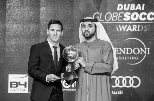 据新华社迪拜12月27日电 2015年度环球足球颁奖典礼27日晚在阿联酋迪拜举行,梅西获得年度最佳球员大奖(上图)。   在即将过去的2015年中,梅西凭借稳定而出色的发挥,帮助巴萨创下了西甲联赛、西班牙国王杯、欧冠联赛、欧洲超级杯和世俱杯的五冠王伟业,因此巴萨也无可争议地拿下了年度最佳俱乐部和最具媒体吸引力俱乐部两个奖项,巴萨主席巴托梅乌同时荣膺最佳俱乐部主席。   率领比利时国家队名列国际足联年终排名第一的威尔莫茨获得年度最佳主教练称号,正在美国大联盟效力的两位老将兰帕德和皮尔洛获得了职业生