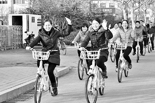 阅读提示   近期,在淄博市高青县,县城内的公共自行车服务点增加了不少,服务站点电脑管理系统指示灯开启,一辆辆翠绿色的公共自行车整齐排放城区街头一道亮丽的风景线悄悄出现。   记者从高青县城管执法局了解到,该县历时近4个月的公共自行车试运行工作已经结束,经过连日来的紧张调配安装,主城区内公共自行车服务系统正式启动运行,现已开始对外办理租车卡手续。       本报记者 程芃芃    本报通讯员 李玉波 孙庆 经济便捷 市民青睐   公共自行车是个公益项目、民心工程,高青县按照一次规划、分批建设、