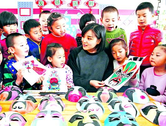 当日,史口镇中心幼儿园老师为学生讲解了脸谱的历史和绘制技艺,并指导
