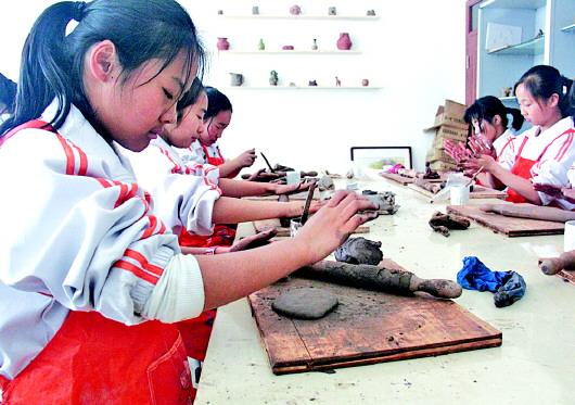 城阳区第二实验中学将渔网编织也纳入了传统文化课程中,很多孩子在