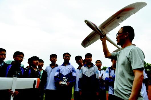 胡耀征给航模社团的学生们讲解飞机飞行原理