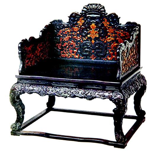 在清代,有很多家具借鉴了西方的造型元素、图案和工艺技术。在造型上,不少家具在顶部装饰有带雕饰的部件,看上去类似帽子,其实这些家具部件的造型源于西洋古典建筑。比如说故宫博物院中的一件清代紫檀透雕夔纹长桌,构件之间采用方瓶式矮柱连接,四腿上节镟出圆环形,面板与枨子的空档中全部镶嵌以透雕夔纹的花瓣,腿下端饰柱础式足,是一件模仿西洋式建筑、受外来影响较多的中西结合家具。 清代 紫檀雕花西洋式香几   这件紫檀雕花西洋式香几,采用中式传统的香几造型结构,但束腰和腿部都浮雕有西洋纹和方瓶式装饰,中式的造型,却给人