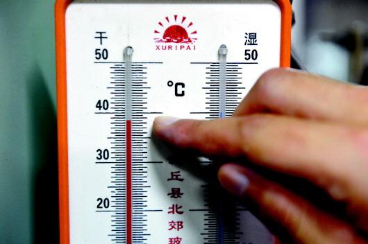 日港拖28轮机舱内的温度计显示38