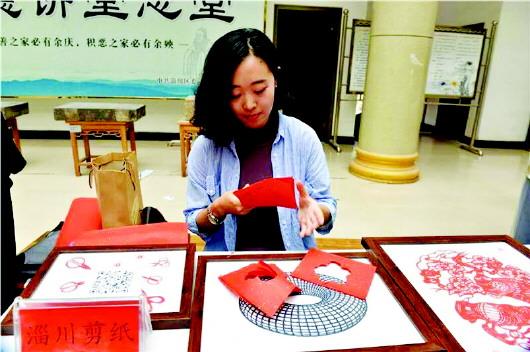 本报记者 程芃芃 马景阳 传统剪纸融入现代理念 今年3月份,90后女孩杨杨成立了自己的剪纸工作室,这是淄博市淄川区第一家剪纸工作室,位于般阳生活区西区。6月14日,记者来到这里,第一印象是面积虽然不大,约30多平米,简约整洁。杨杨告诉记者,工作室投入40000多元,墙面、地面、陈设,都是她自己设计的。