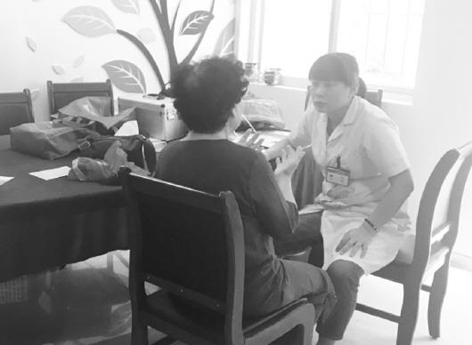 李 媛 报道    图为青岛市市北区社区卫生服务中心医生孙华在给社