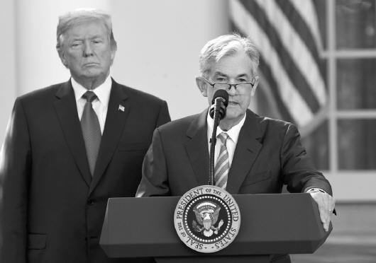 美国总统特朗普当地时间2日宣布,提名64岁的美联储理事杰罗姆鲍威尔出任下届美联储主席。这项提名还须美国国会参议院通过。   分析人士认为,鲍威尔获提名,靠的是鸽派货币政策立场和灵活的金融监管态度。如果他推动放松金融监管,可能急剧放大美联储对全球经济的外溢效应。 【新闻事实】   特朗普当天在白宫举行的提名仪式上说,自2012年5月担任美联储理事以来,鲍威尔被证明是一位在稳健货币和金融政策方面努力寻求共识的美联储官员。他相信,鲍威尔拥有智慧和领导力来引导美国经济应对任何挑战,并得到国会跨党派的支持。