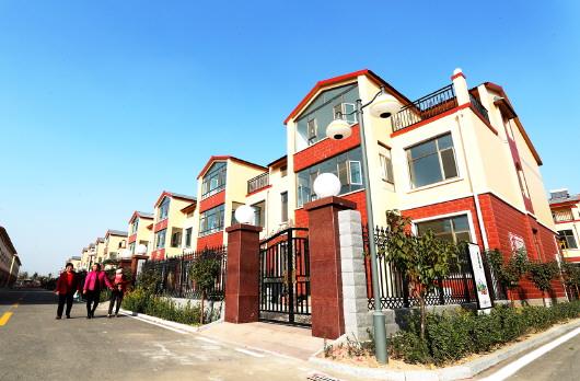 村委在盖楼房村民同意的基础上,每户收取2万元,成立了新村拆建专项