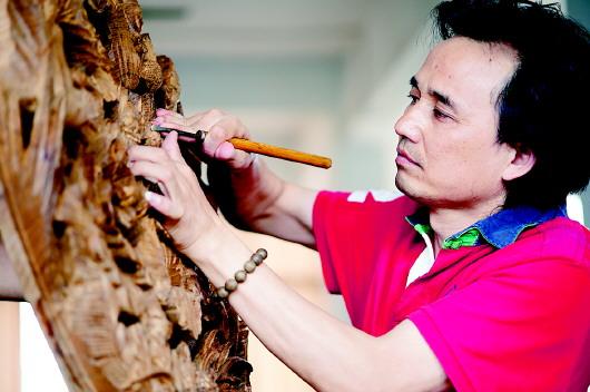 【大众日报】黄小明:木雕大师的咫尺匠心