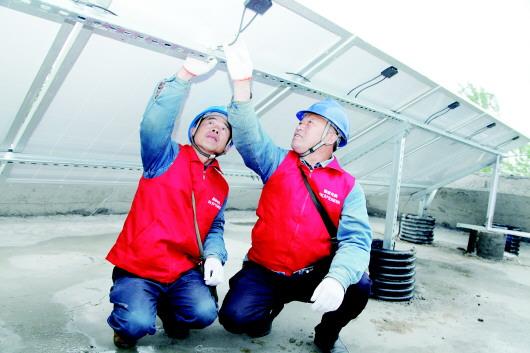 国网巨野县供电公司彩虹共产党员服务队队员在万丰镇顺河集村,对光伏