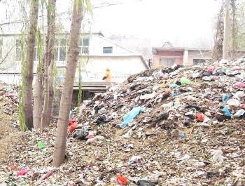 擦拭主街道上的垃圾桶