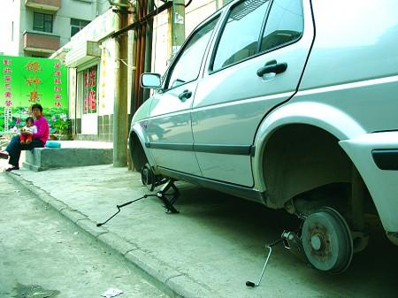 首页 济南    一辆捷达车两个轮胎被扎,车主已送去维修.