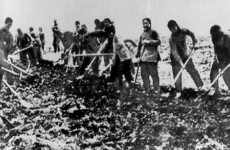 解放区人民抢修公路保障大军南下.