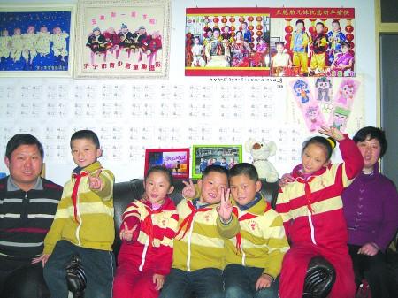 五胞胎和他们的父母合影