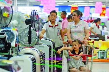 天气越来越热,电风扇,空调等消暑降温的电器进入销售旺季.