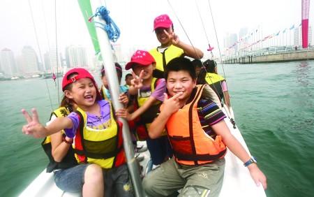"""12名岛城""""小候鸟""""在青岛港,奥帆中心,消防博物馆尽情地游玩,在一天的"""