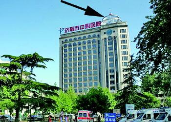 历下区济南市中心医院新外科大楼楼顶上有个景观灯塔