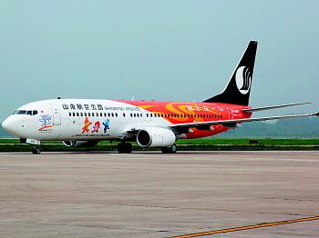 波音737-800飞机(上图)平稳降落在济南遥墙国际机场