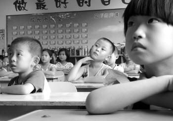第一课,吸引了一年级小同学的目光.           (记者       摄) -一年级