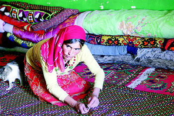 塔吉克妇女肤色白皙,喜穿红色或装饰花边的大紫