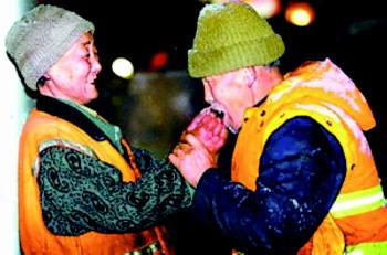 环卫老夫妻坚持在一线扫雪老大爷为老伴暖手感动网友图片
